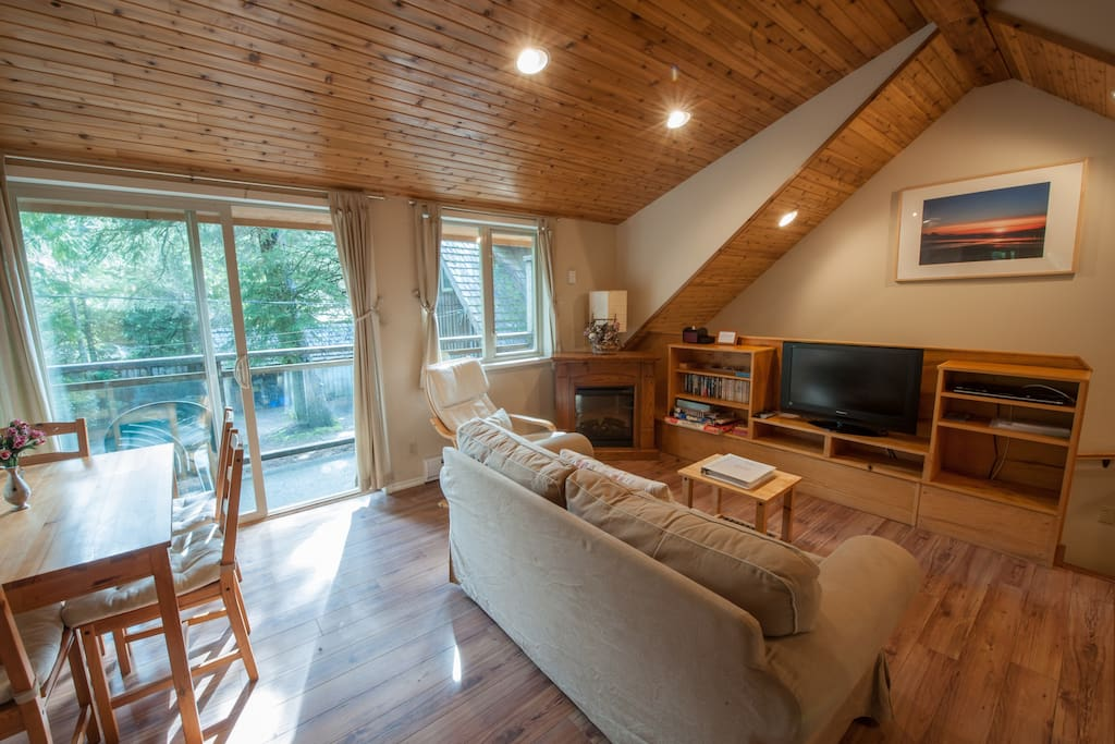 Open living/dining, TV/DVD/Cable/Wifi
