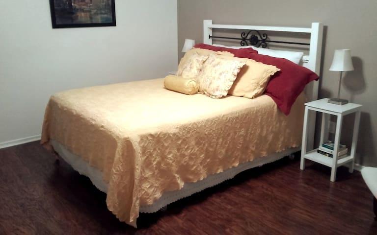 Queensize bed in downstairs bedroom