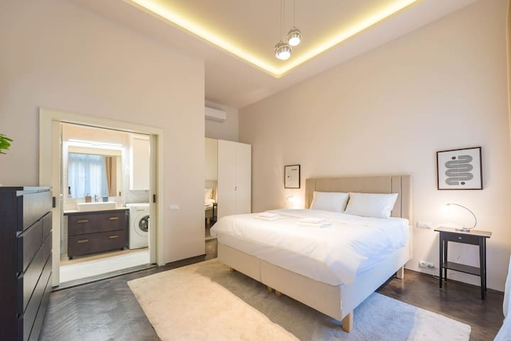 Master Bedroom with super king-sized bed, luxury linens and en-suite bathroom.