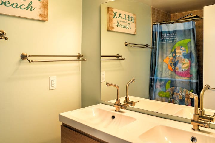 Rinse off the sand in this pristine full bathroom.