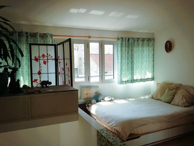 L'espace du 1er etage : chambre, bureau et SDB  1st Floor with the comfy Bed, a Desk and the Bathroom