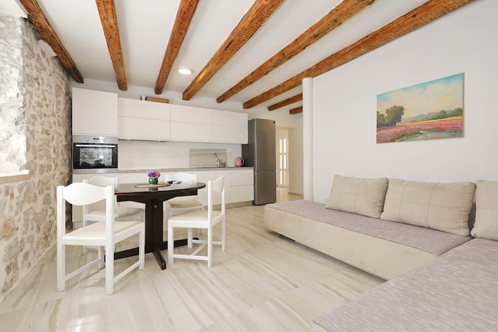 New stone house apartment in the center of Murter