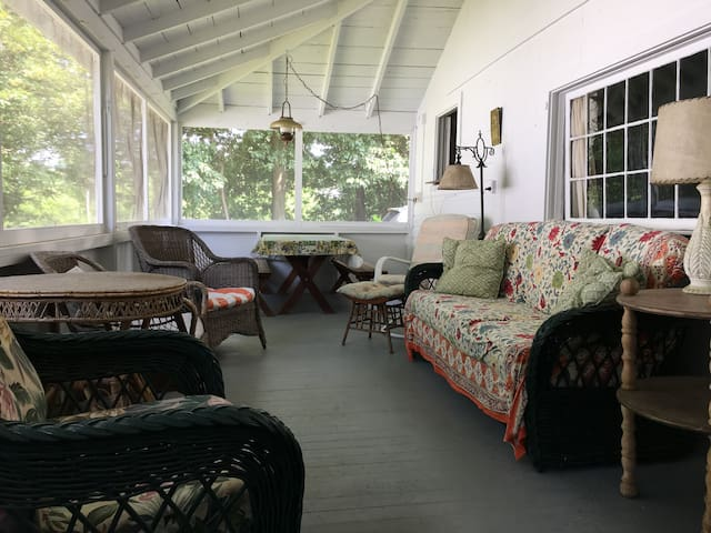 Large Rustic Cottage- Walk to State Park!