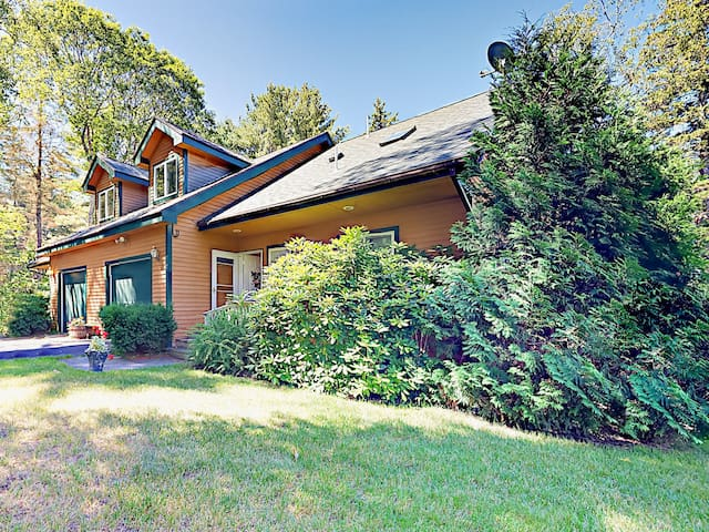 4BR w/ Large Deck - Overlooks Lake
