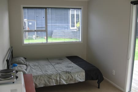 Warm sunny private sleep-out with ensuite - Auckland - Rumah