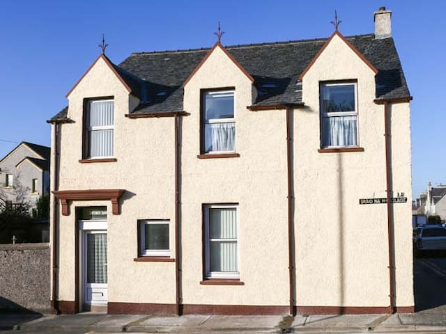 ST. DUTHUS HOUSE, family friendly in Stornoway, Ref 945987