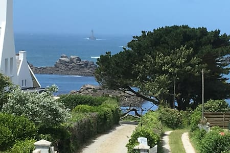 Charming property with sea view, 150m from beach!