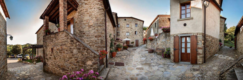 Tuscan Medieval Village Aparment w private garden - Subbiano - Casa