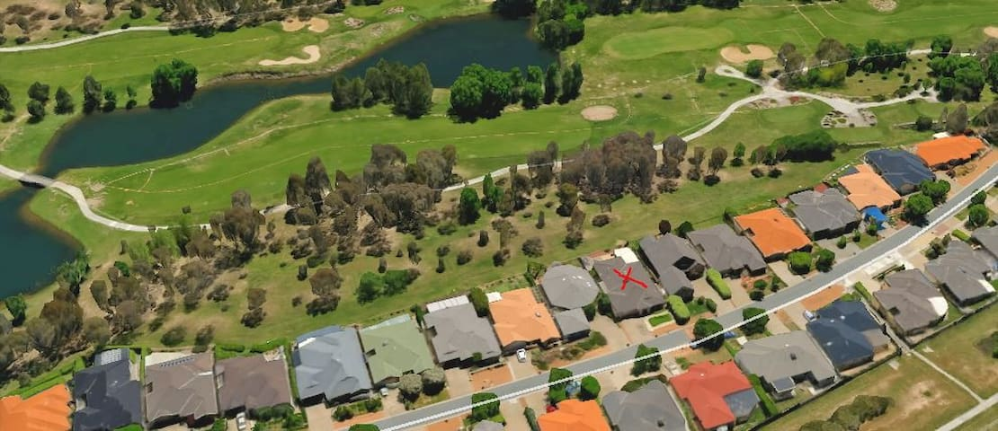 Bright 4BR House on Gungahlin Golf course - Ngunnawal