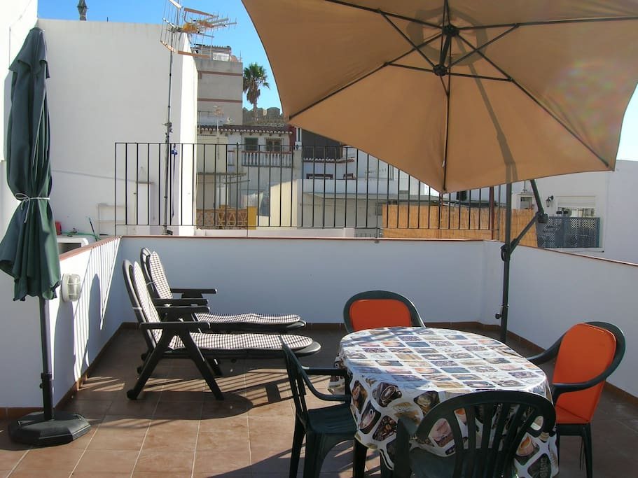 The upper terrace, parasols and view of the Castle.