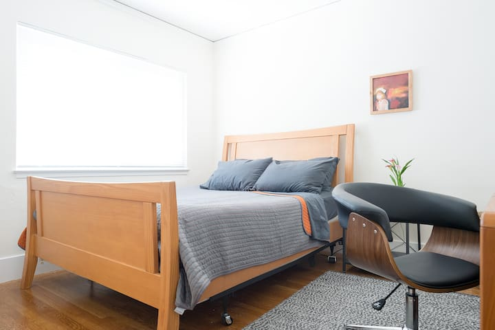 Mid-Century Modern Bedroom, 5-min Walk to Caltrain