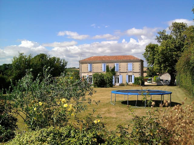 Peaceful 4 bed Farmhouse & 2 bed Gite with pool - Massac - Casa