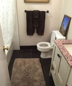 Front Private Bedroom/Bath Available for Rent - Greensboro - Haus