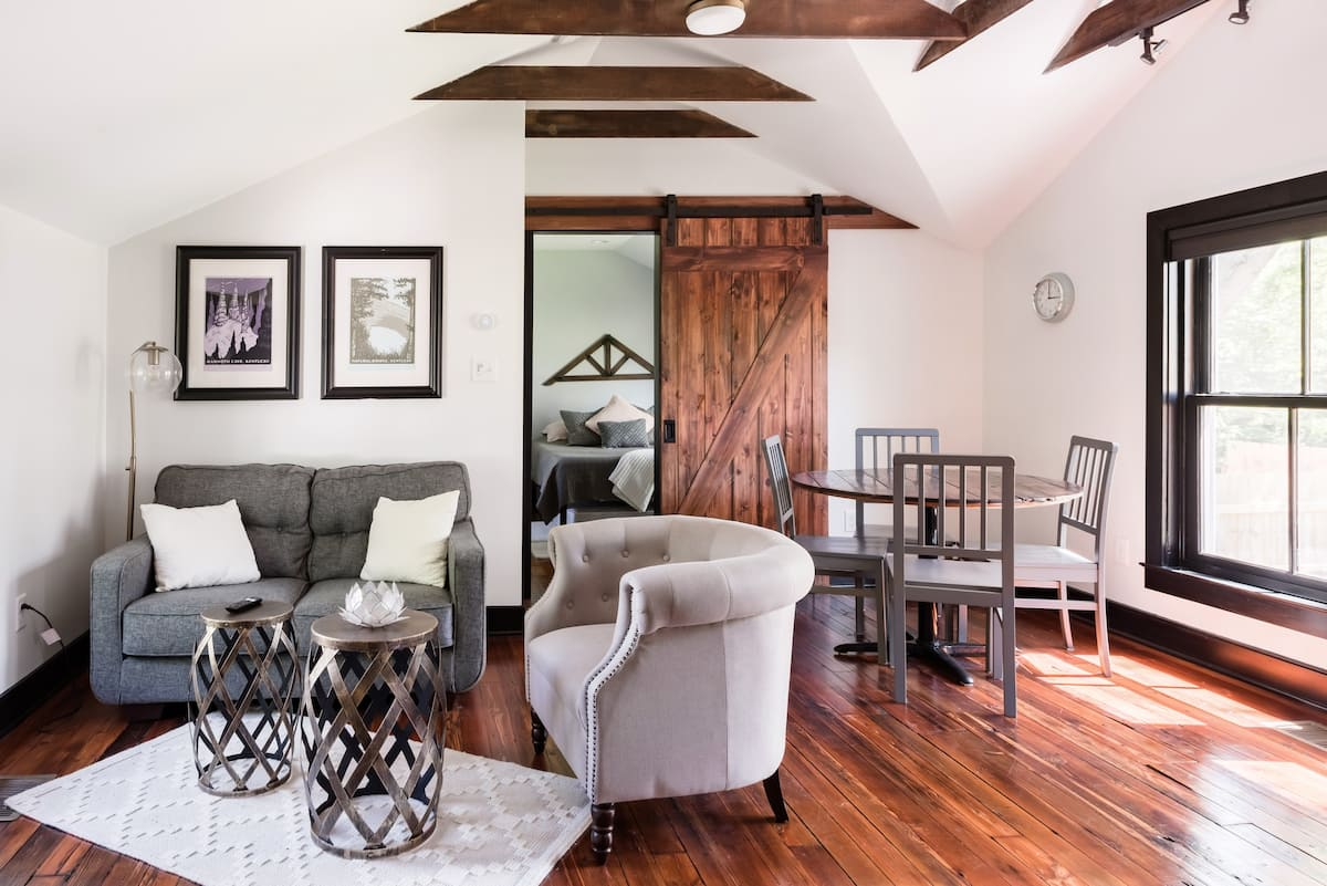 Chic, Luxurious Carriage House in Ideal Location