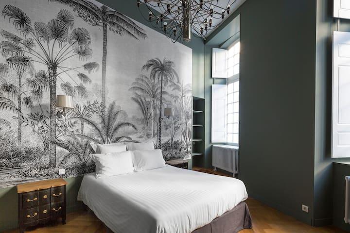 Suite Asfeld (sdb douche). Papier peint panoramique...comme au début du 18ème siècle