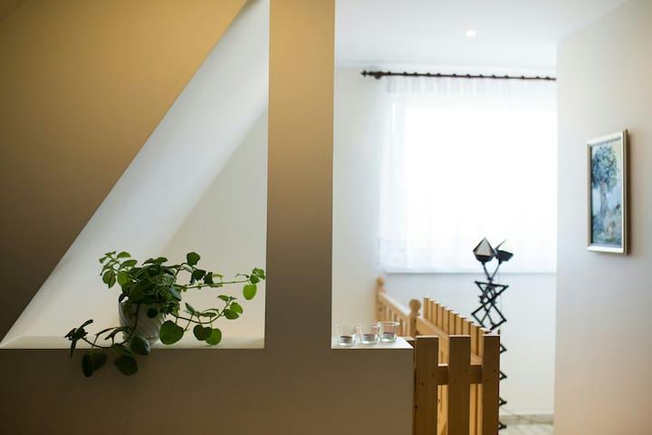 Pokój dzienny od strony wejścia do apartamentu