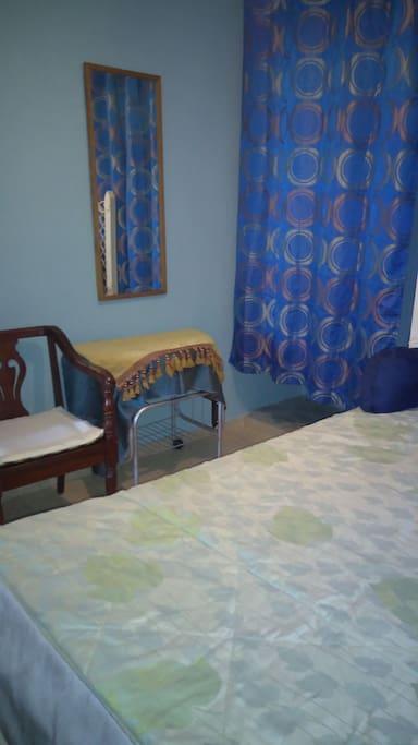 silla, espejo y mesa