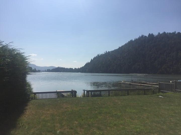 Lakefront cottage - sleeps 7!