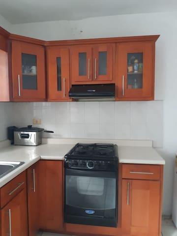 La casa cuenta con todo lo necesario para cocinar, asi como micro. Refrigerador , y estufa