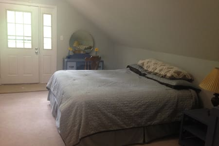 2 upstairs bedrooms and bath - Clarksville