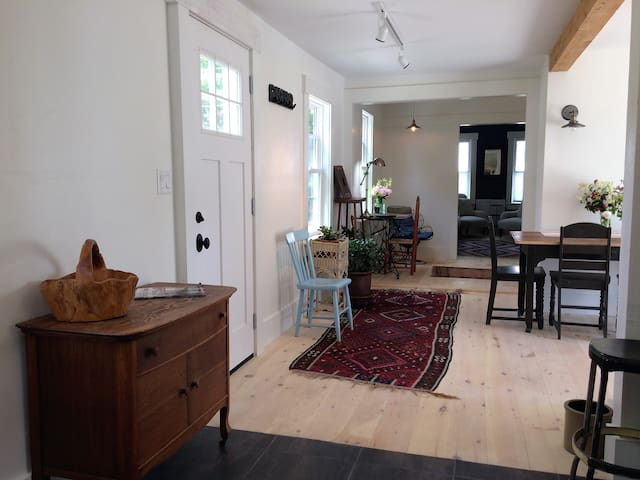 25 Middle (Unit A) - Historic Village Apartment