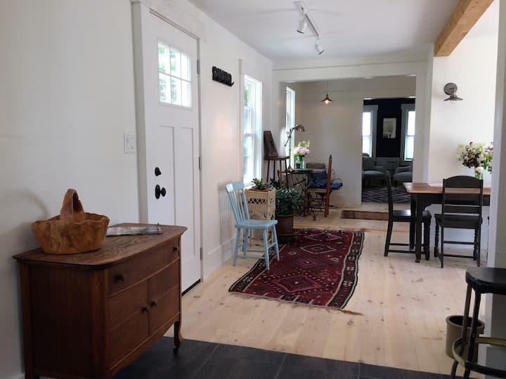 25 MIDDLE -Historic Village Apartment (Unit A)