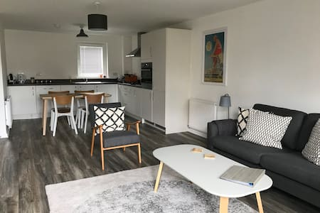 Beautiful new 2 bed apt with private parking