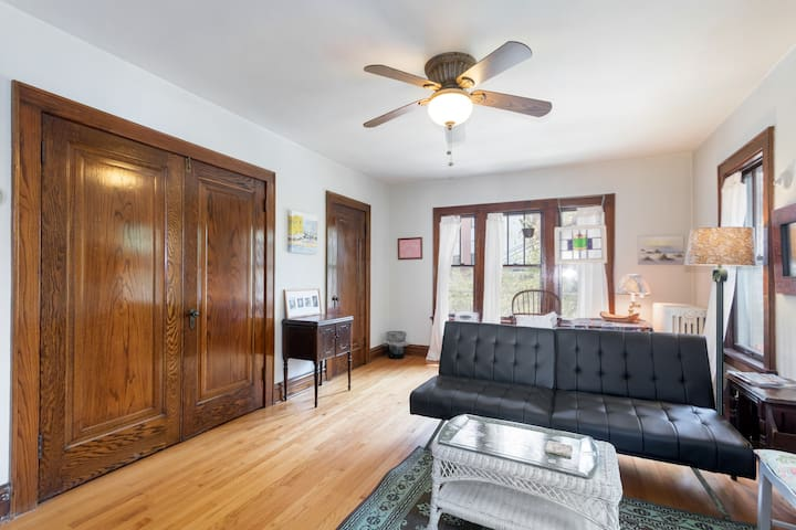 Private 1 BR Apt Near Downtown
