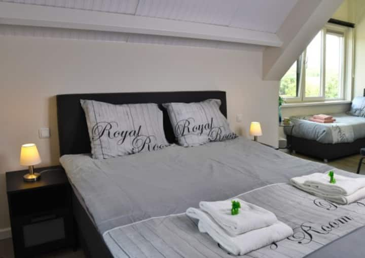 Ruime 4 pers. slaapkamer met prachtig uitzicht.