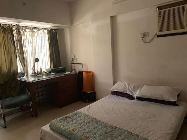 Cute Private Room near Airport and Bandra w/ cats