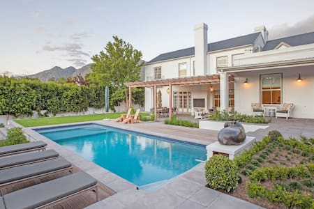 Modern,spacious,luxury family villa - Franschhoek