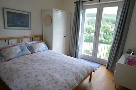 Double bedroom with amazing views - Holmfirth