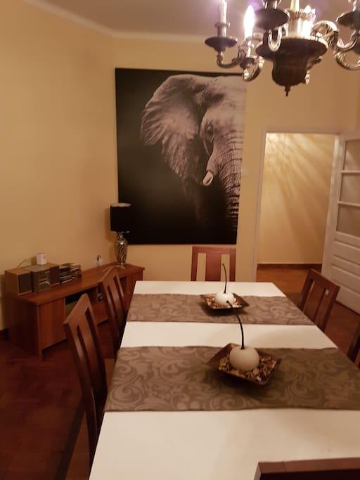 Sala comum e vista de mesa.