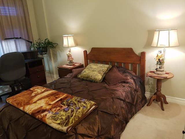 Clean and cozy room in Kanata Lakes :) :)