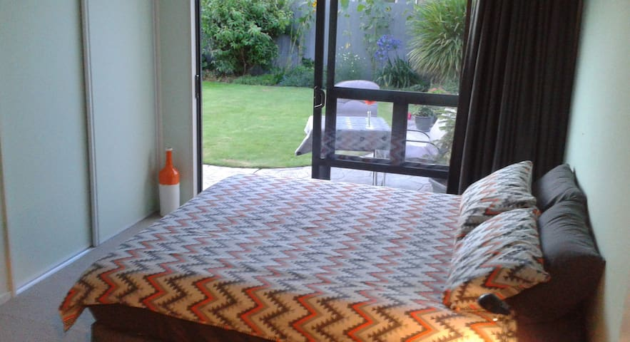King-size bed, private bathroom, breakfast - Christchurch - Haus