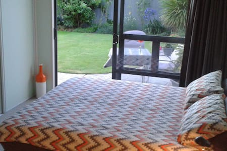 King-size bed, private bathroom, breakfast - Christchurch