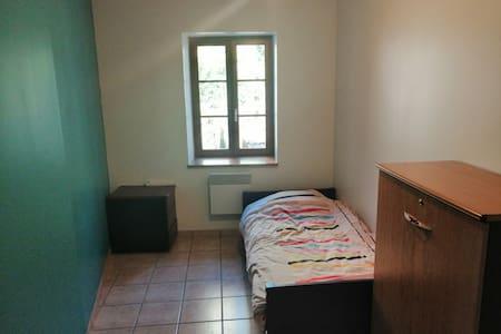 1 chambre calme, plein centre Crémieu
