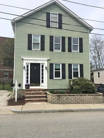 Spacious apt downtown Warren! Convenient to RI&MA