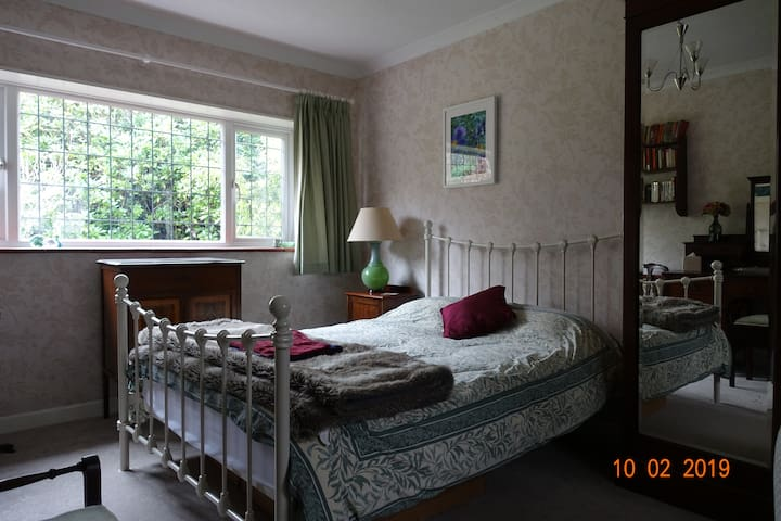 Large, quiet, double room in Farnborough