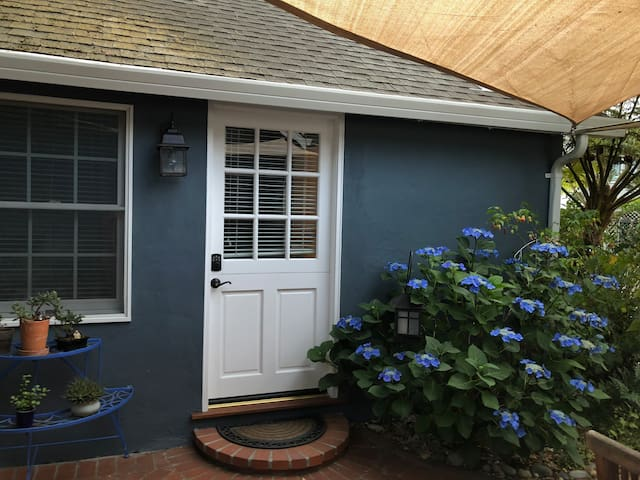 Menlo Park, private,quiet bungalow with parking
