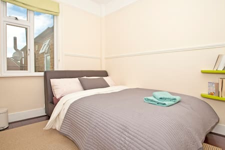 Private Room Near Windsor Castle - Windsor - House