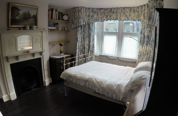 Oxford centre big brass bed/nice private bathroom