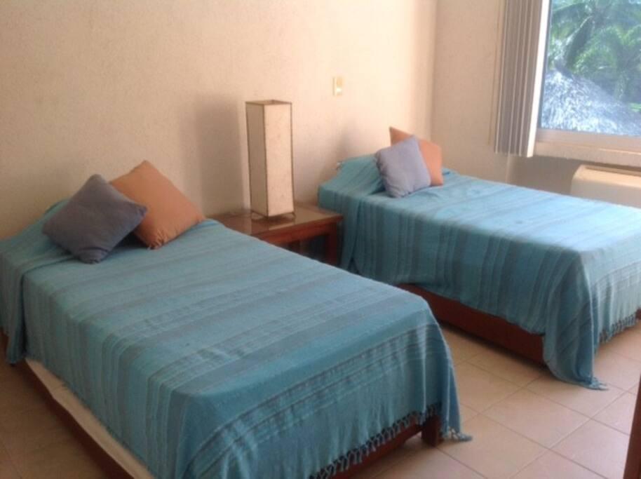Cuarto azul: cada cama tiene una cama individual retráctil debajo.