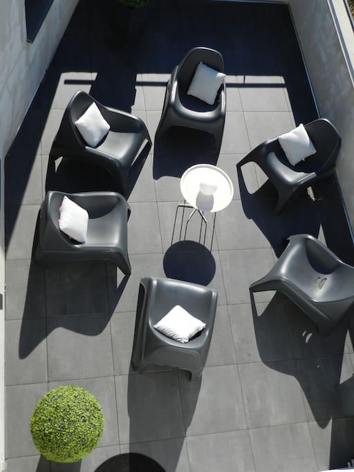 Terrasse du salon avec fauteuil relax extérieur idéal pour prendre l'apéro