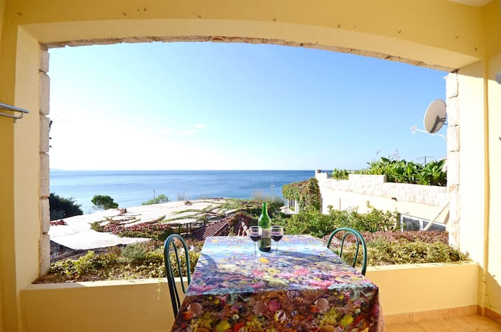 One bedroom Apartment, 10m from city center, beachfront in Ivan Dolac - island Hvar, Balcony