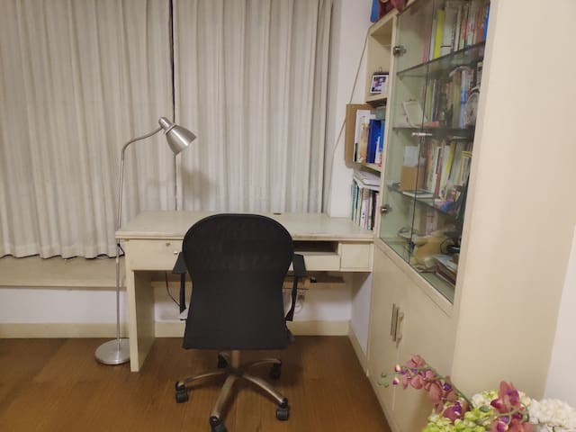 睡房里的桌椅