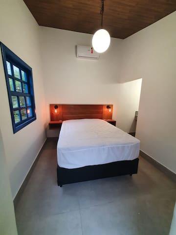 Quarto 3 com banheiro e uma cama de casal