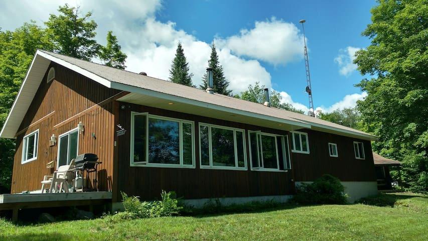 Spacious Lakefront Cottage