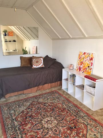 Artist house 10 min from Pink Line/Midway Airport