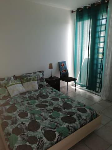 Chambre climatisée avec lit double et dressing